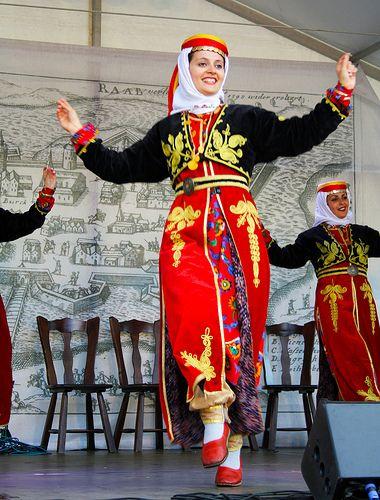 En Turquie, les danses traditionnelles sont extrêmement nombreuses et variées…