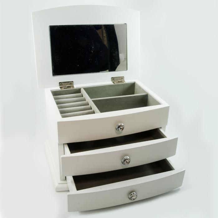 Biała szkatułka, która może być ciekawym prezentem nie tylko dla ukochanej ale także dla mamy czy koleżanki. www.srebropol.pl
