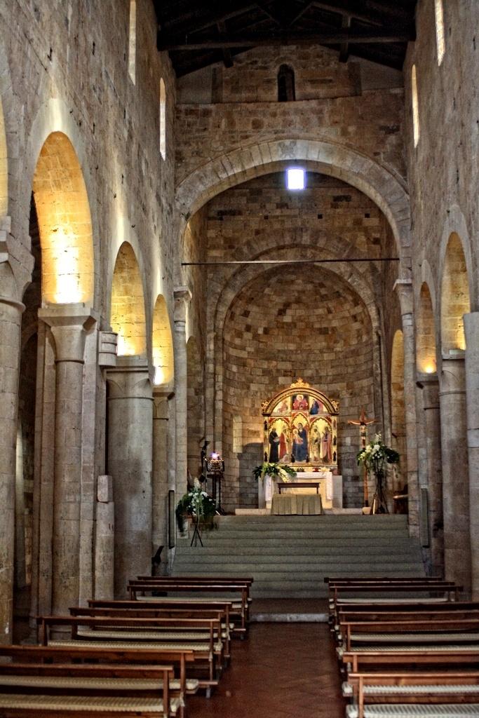 Interno Chiesa abbazia dei Santi Salvatore e Cirino ad Abbadia Isola