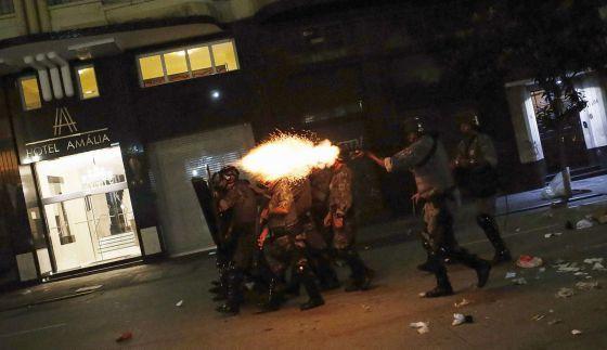 """Notas sobre os protestos -- As bombas de gás e de efeito """"moral"""" usadas em parte das narrativas das manifestações têm causado a """"dispersão"""" do conteúdo, por Eliane Brum (19/01/2015)"""