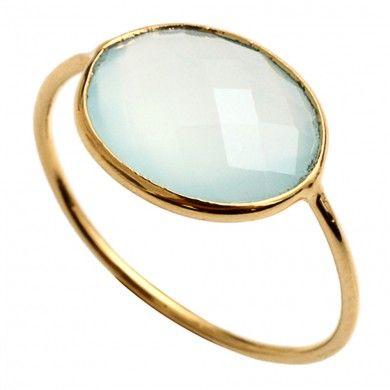 Cette+bague,+dorée+à+l'or+fin,+est+sertie+d'une+calcédoine+bleu.La+calcédoine+est+une+pierre+fine.+Elle+est+translucide+et+d'une+jolie+teinte+bleu+ciel+à+vert+d'eau…