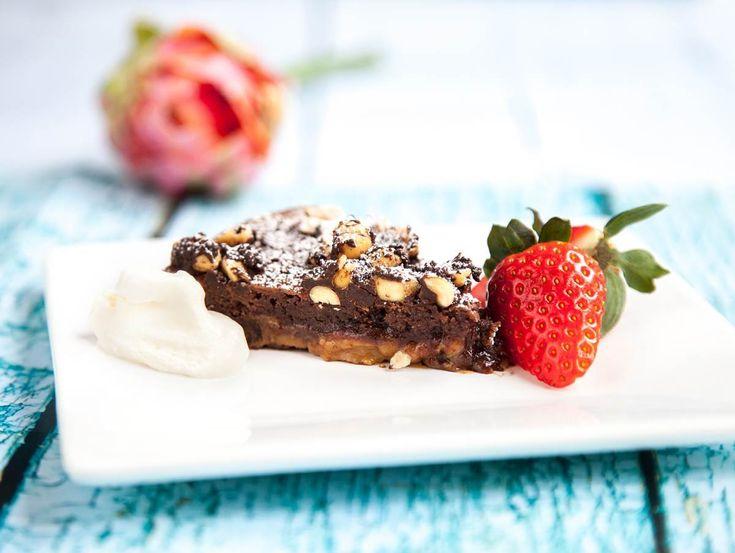 Kladdkaka med underbar topping av dulce de leche, en himmelsk chokladkräm. Prova en ny variant av kladdkakan, här hittar du receptet!