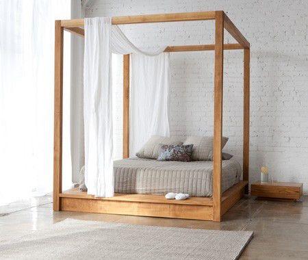 ロマンティックな天蓋付きベッド