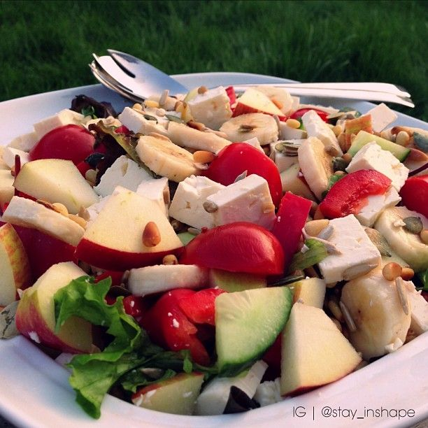 Eating salad almost every day may be one of the most healthy eating habits that you can adopt and one of the simplest. And it's easy and fast to make.  Baby lettuce, red belly pepper, cumcumber, banana, apple and feta. Top pine nuts, pumpkin seeds, apple vinegar and olive oil.