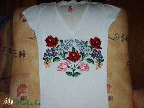 Kalocsai mintával hímzett póló (Bodorka27) - Meska.hu