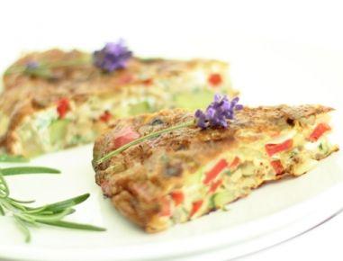 Für die mediterrane Gemüsetortilla die Zwiebel und Knoblauch schälen und fein hacken. Paprika von Kernen und Scheidewänden entfernen und in kleine