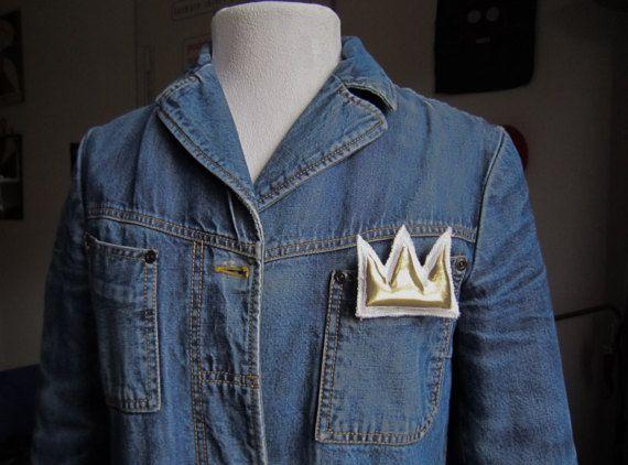Basquiat mini spilla corona oro pop art graffiti arte regalo San Valentino compleanno anniversario laurea regalo arte unisex arte tessile