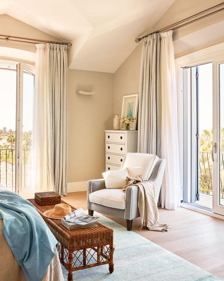 A pie de cama Cajonera blanca de La Albaida. Butaca de Chisell para La Albaida y manta de Zara Home. Cortinas confeccionadas con tela de Designers Guild.