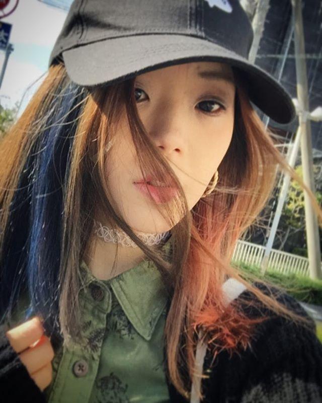 WEBSTA @ 1996risa - 風吹いてると盛れる😇赤青にしたのはハーレイクイン意識とかではなくて、船越に言われたからです😌早稲田祭用に染めたけど、1週間くらいはこのままにするかなー早稲田祭写真ここから連投します🙇🏻#haircolor #manicpanic #hair #fashion #selfie #bicolor #bluehair #redhair #ヘアカラー #髪色 #マニックパニック #マニパニ #セルフィー #instagood #instafashion #instahair #ロカビリーブルー #rockabillyblue #likeforlike #風強い #タトゥーチョーカー #キャップ #コーデ #メンズシャツ #早稲田祭 #早稲田祭2016 #今こそ挑戦の時 #めっちゃ挑戦した
