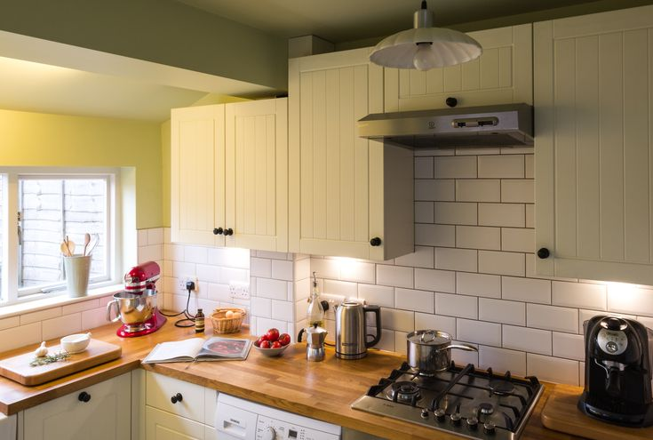 Feioi - interior design project management | kitchen renovation. Kitchen lighting, cream cabinets and wooden worktop