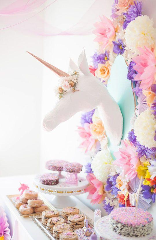 Un sweet table féérique avec une jolie licorne et des tas de pompons et de fleurs en papier colorés. http://la-petite-epicerie.fr/fr/231-boules-rosaces-et-pompons