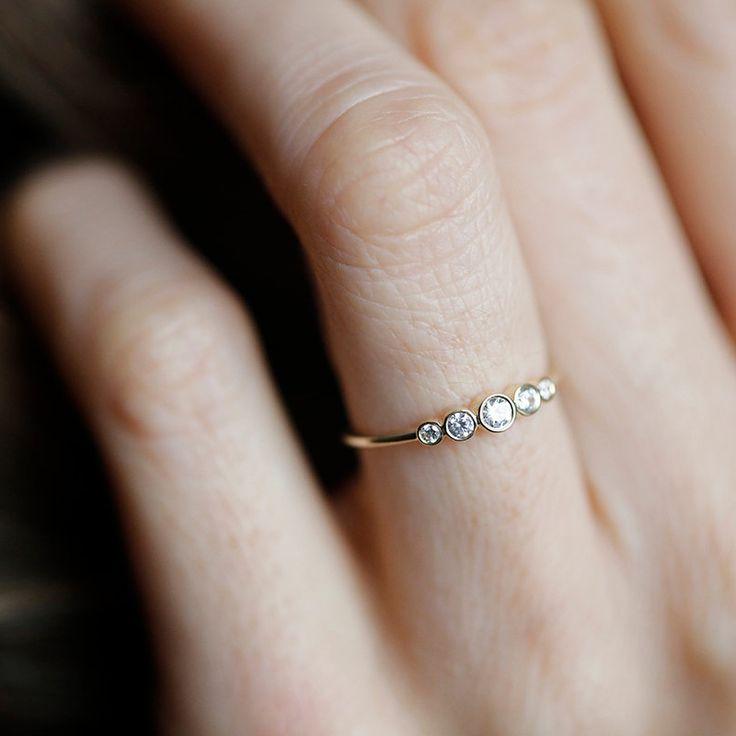 Är du en av dem som tycker att less is more när det kommer till förlovningsringar? Låt dig i så fall inspireras av de här delikata kärleksbanden i guld. Smaken är som baken när det kommer till förlovnings- och vigselringar. I kändisvärlden är det den med störst diamant som vinner, men alla strävar inte efter…