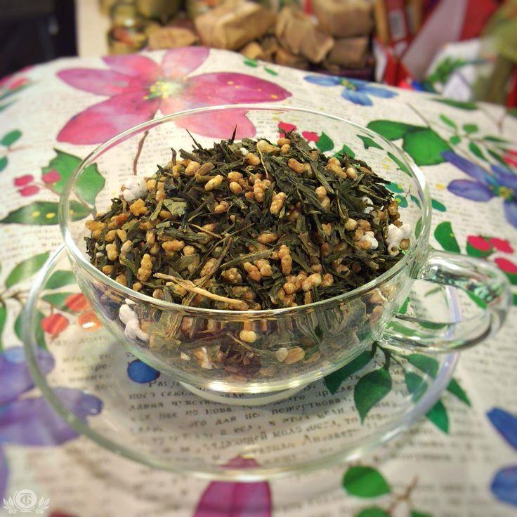 """ЗАВТРАК ГЕЙШИ Генмайча - один из таких знаменитых японских сортов чая, так же известный как """"Завтрак Гейши"""", получивший такое название за свойство отбивать аппетит, благодаря своему уникальному составу. Его основа – зеленый чай сенча или банча и обжаренный коричневый рис. При изготовлении чая используют два сорта риса – мочигоме (он более клейкий) или уручигоме (рассыпчатый), что сказывается на прозрачности и консистенции напитка.  Выглядит чай генмайча необычно: сухой чайный лист вперемешку…"""
