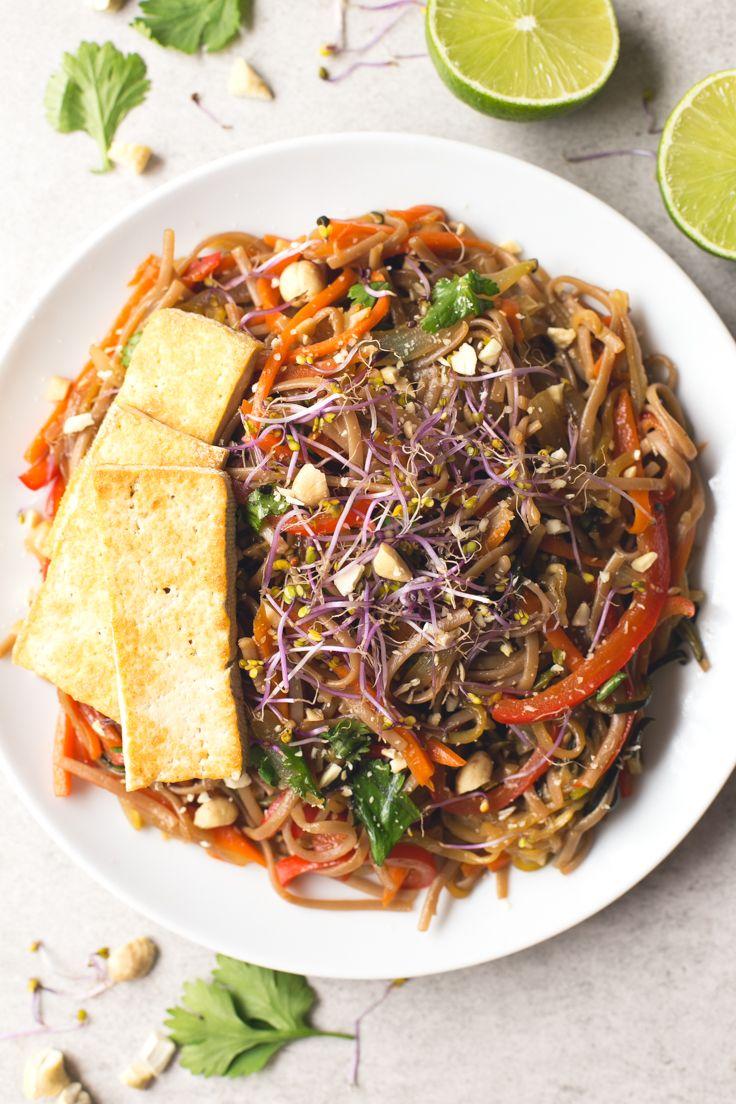 El Pad Thai es uno de los platos más populares de la cocina tailandesa. Esta versión es vegana y más saludable, pero está para chuparse los dedos.