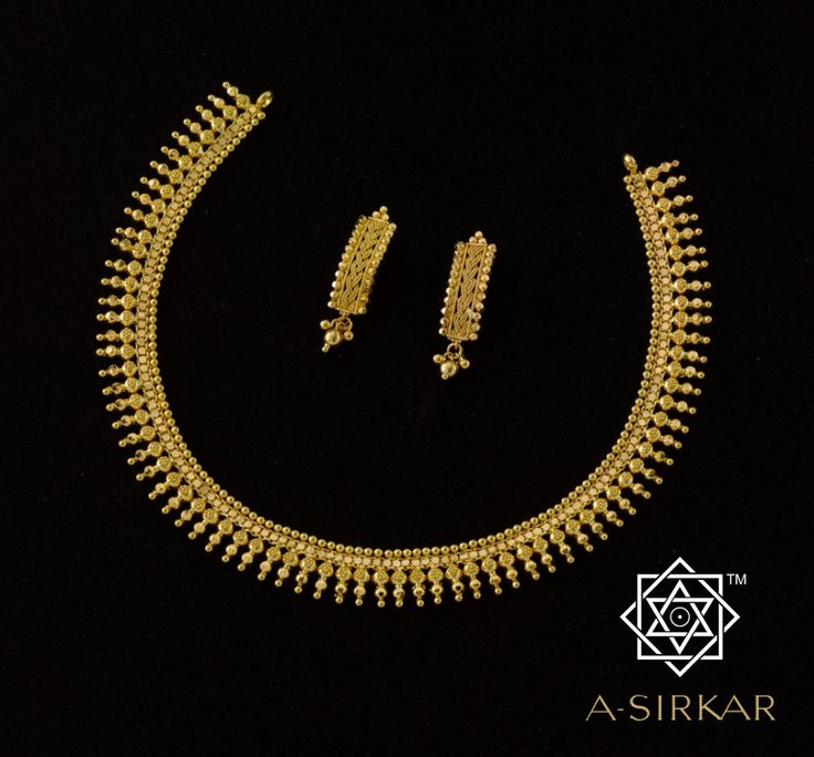 Takali Pati Necklace: A severely formal arrangement of graded triple-ball distaffs around a kamal chain that's bordered on top, again, by a line of gold balls is all there is to this necklace. Yet, the strict order and meticulous attention given to execution results in a pati-style ornament that sits lace-like around the neck and can be paired with virtually any attire of any colour. Light in weight but a champion when it comes to keeping the neckline busy...