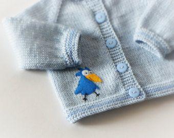 Heel schattig zilver grijs baby vest met pink elephant design en plastic bloem knoppen. Jas is zacht en dun, maar warm. Perfect voor de lente/herfst seizoen nog meer koude zomer dagenlang. Een goed cadeau voor baby zaaier.  Materiaal: Hoogwaardig zacht 100% merinoswol  Grootte in beeld: 12-18 maanden  Zorg: handwas  Elk item van Tutto is HAND breien en MADE TO ORDER. U kunt de kleuren, de grootte en het ontwerp kiezen als u wilt.  U kunt andere grootte (!!! De veranderingen van de prijs,...