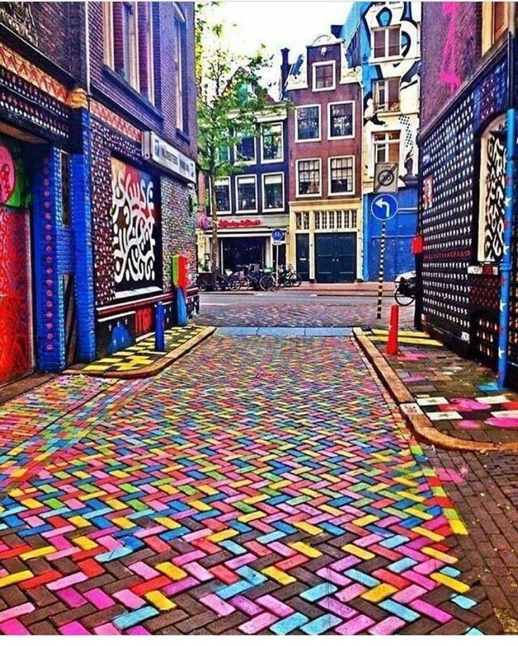 Amsterdam'da renkli bir sokak. / A colorful street in Amsterdam