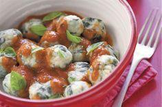 MALFATTI DE ESPINACA Y RICOTA(para 4 porciones) Ingredientes Malfatti: 2 cdas. de manteca; 1 paquete de espinaca bien lavada, sin tallos ni nervaduras; 2 cebollas picadas; sal fina y pimienta negra molida, a gusto; 1 taza de ricota; ½ taza de harina 0000; 2 yemas de huevos; ¼ de cdta. de nuez moscada; 2 cdas. de queso parmesano rallado; 3 lonjas de jamón cocido; harina 0000, para rebozar, c/n. Salsa pomodoro: 2 cdas. de aceite de oliva; 1 cebolla fileteada; 1 diente de ajo sin brote y picado