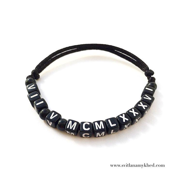 """Bracelet prenom nom message logo initiale surnom """"VII V MCMLXXXVI"""" (réversible, personnalisable) homme, femme, enfant, bébé   Fermeture coulissante. Convient à tous les poignets! lettres acryliques 6x6mm sur fil de satin (2 mm.) couleur au choix.  Ce bracelet ne craint pas l'eau.  Vous pouvez toujours le garder sur le poignet (douche, piscine, vaisselles....)  Bracelet est personnalisable!!!"""
