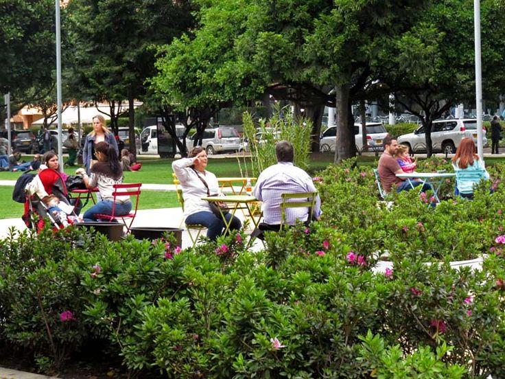 12. El Parque cuenta con mesas y sillas para que los visitantes coman o tomen algo más cómodos.