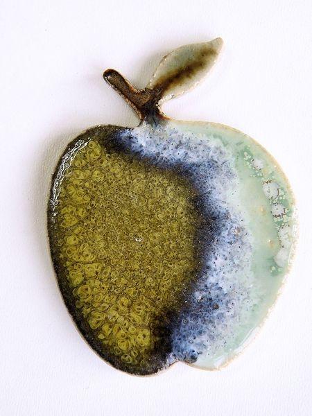 ...als Dekoration oder zum Basteln oder zum Verschenken...  Die Äpfel wurden hergestellt aus steinzeugton und einseitig mit mehreren Effektfarbglasure