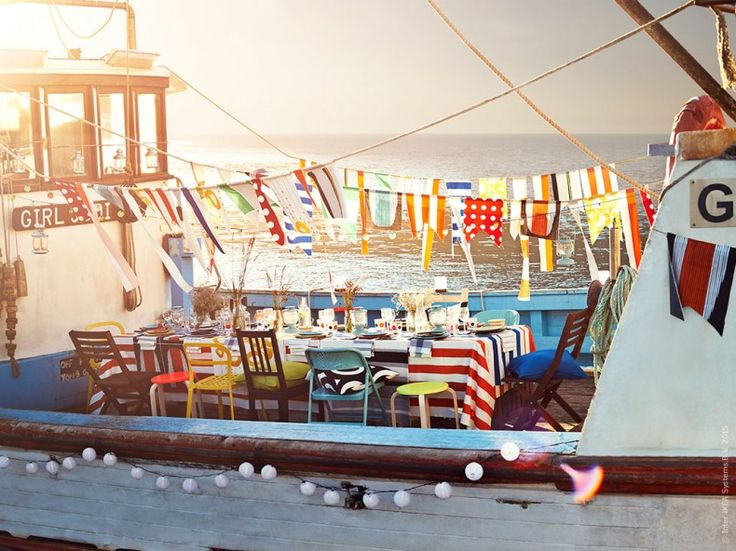I vår hittar vi inspiration till festen i det marina båtlivet. Hemmagjorda vimplar i färgglada metervaror blir ett personligt flaggspel som höjer kalaskänslan vid det dukade bordet. Stylist: Hans Blomquist Fotograf: Mikkel Vang