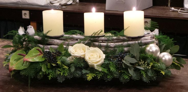 Voor zondag moet hij op de Tafel.Vier Kaarsen,groen,Anthurium,roosjes.AdventAdvent ein lichtlein brennt.Gezellig.