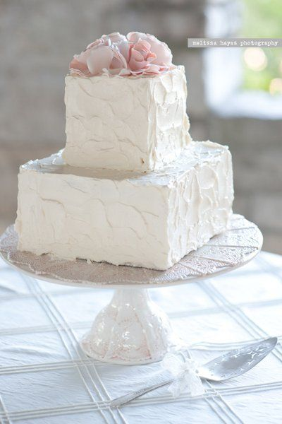 Clean look to this square shaped wedding cake {Naturally Yours Events}
