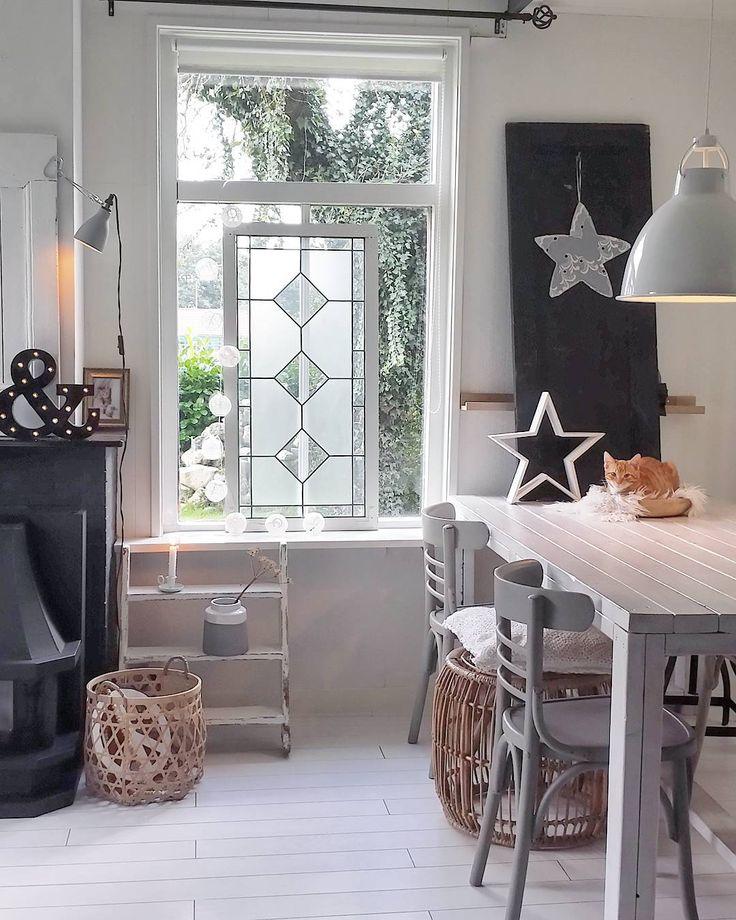 ✖ E N J O Y  Y O U R  E V E N I N G ➕ Volgens mij wordt dit mijn derde foto al vandaag. Schandalig natuurlijk. Maar soms heb je van die dagen 😁 Ik gooi er gewoon nog één tegenaan 😉 Fijne avond lieve volgers! 😘😘 #myhome #homedecoration #wit #brocante #cat #cats #interiorstyling #homedeco #mynordicroom #table #scandinavianinterior #interiorandhome #witwonen #ilovemyinterior #interior #inredning #interior123 #interiør #interiordecor #countryliving #nordicliving #landelijkwonen #industrial…