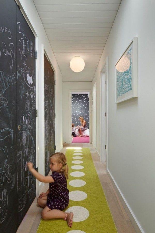 Décoration d'un couloir long et étroit avec une peinture ardoise  http://www.homelisty.com/decoration-couloir/
