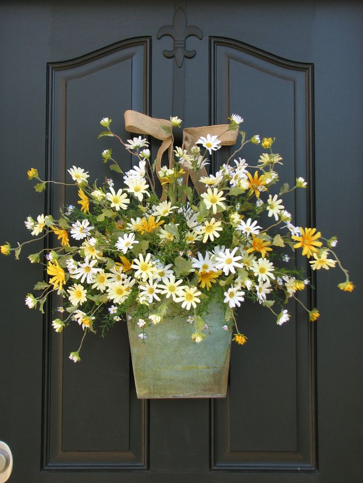 Country cottage decor front door wreath daisies for Front door decor