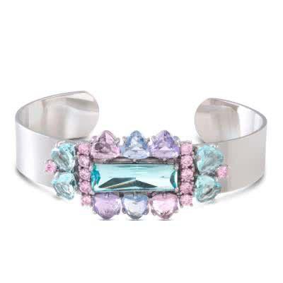 Brazalete Dayami realizado en metal plateado coronado por unos resplandecientes cristales multicolores.