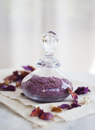 [ Rosensocker ] Gott som smaksättning till kakor & bakverk. 100 g rosenkronblad / 3 dl socker | Tvätta kronbladen, låt torka på lite hushållspapper. Mixa samman kronbladen + sockret. Sprid ut på en plåtbricka, låt torka några dagar. Mixa ev ytterligare en gång och låt torka igen. Förvara i en tätlutande burk. Man kan också först torka kronbladen på en plåtbricka ca en vecka och sedan mixa samman med sockret.
