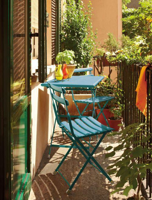 Balcon bleu pétrole. http://www.m-habitat.fr/terrasse/balcons/amenager-son-balcon-idees-et-astuces-963_A