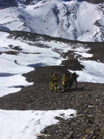 16日、ネパールのアンナプルナ山系で雪崩の犠牲者を運ぶネパール軍兵士(ネパール軍提供、ロイター=共同) ▼18Oct2014共同通信|日本人男女の遺体確認、ネパール 現地の日本大使館 http://www.47news.jp/CN/201410/CN2014101801001438.html