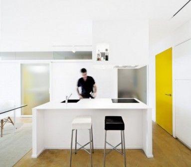 Rewolucja dokonana przez architekta Sergiego Ponsa w mieszkaniu nieopodal Barcelony kręci się wokół centralnej ściany, która stanowi swego rodzaju ramę dla wszystkich części wnętrza. Glazed apartment. http://sztuka-wnetrza.pl/1568/artykul/aranzacja-mieszkania-wokol-ramy