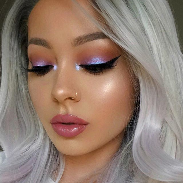 My little eyelids never show the details so I had to do right by my @hudabeauty desert dusk palette and post one looking down . . Wig from @uniwigs … Use code MARYLIA for $$ off❤️ . . . . ⭐️PREP⭐️ -Cleansed with @dermalogica special gel cleanser – @blendandboost moisturizer – @yslbeauty Radiance Primer . ⭐️FACE⭐️ – @tartecosmetics Amazonian clay foundation mixed with Tarte brighter days highlighting moisturizer – @toofaced x @kandeejohnson highlighting stick – @anastasiabeverlyhills gl…
