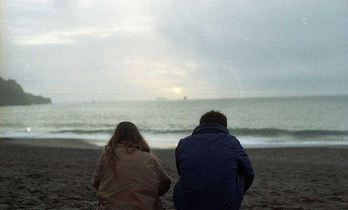 | Yazar : Dila Meydan Dolunayı izleyen bir kadın vardı sahilde. İzlendiğinin farkında olmadan dans ediyordu adımlarının sesiyle. Islak kirpikleri deniz mavisi gözlerini kapatıyordu ansızın. Gülüveriyordu ağladıkça, gamzesinin çukuru hayal kırıklıklarıyla doluyordu. Kalbinin sesini dinlemeye geldiği bu sahilde dalga se... #Edebiyat, #Hikaye/Öykü  http://www.mornota.com/5208-2/
