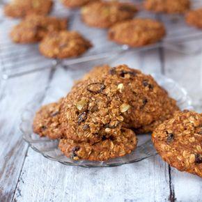 COOKIES DE AVENA, HARINA INTEGRAL Y MIEL, CON NUECES, O CHIPS DE CHOCOLATE, O PASAS, - Unas cookies nutritivas y sabrosas que nos permite incorporar de paso a la dieta la avena, un cereal con tantas cualidades nutricionales y tan poco empleada al menos por estos lares. Quedan muy bien con nueces o almendras troceadas, chips de chocolate, pasas, etc.
