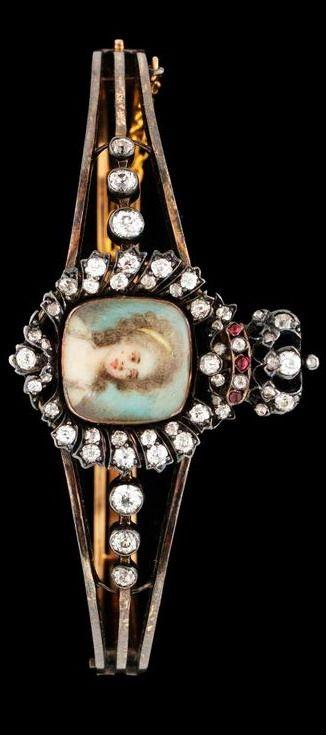 A 19TH CENT. Gold bracelet with miniature. 14k guld, porträttet besatt med gammalslipade diamanter och rubiner. D 5,6 cm