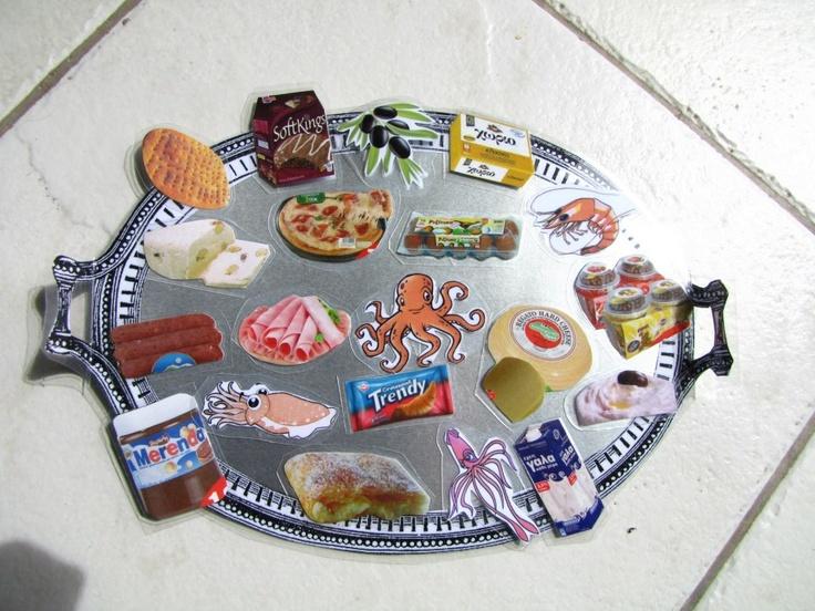 Ο δίσκος με είδη φαγητού και από τις 2 κατηγορίες:Νηστίμα και μη...