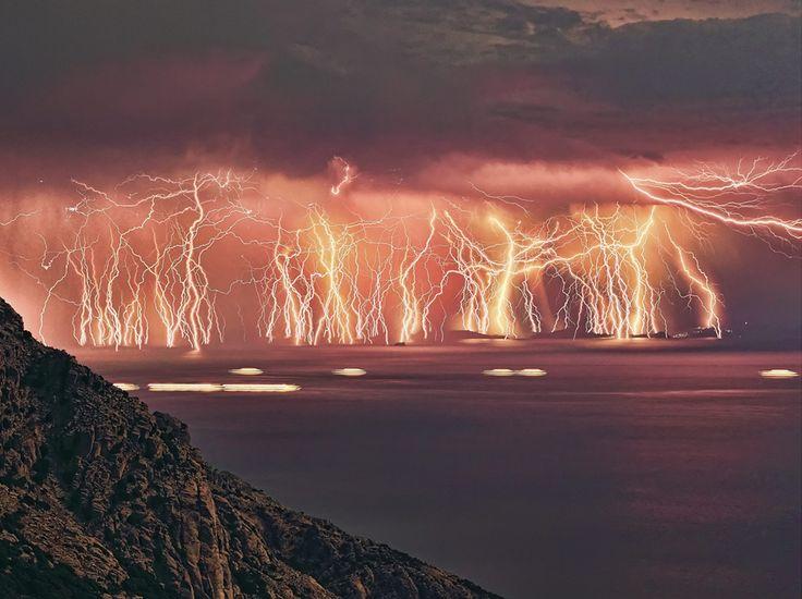 Il pleut des éclairs Le même Chris Kotsiopoulos est l'auteur de cette photo hallucinante d'un orage passant sur l'île grecque d'Icarie. En fait, le photographe a superposé sur la même image 70 prises de vue saisies dans un laps de temps de près d'une heure et demie. (Chris Kotsiopoulos/NATIONAL PICTURES/MAXPPP)