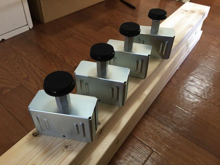 引っ越して以来作る作る詐欺だった棚を先月作りました。壁に穴を開けずに 2x4 材と組み合わせて柱を作り、そこに棚を作っていくという方法が使える PILLAR BRACKET という商品を兄から教え...