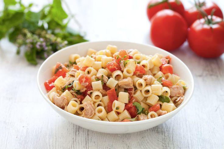 Pochi ingredienti che fanno del condimento di questa pasta fredda un primo piatto saporito e originale. Prova la ricetta del Cucchiaio d'Argento!