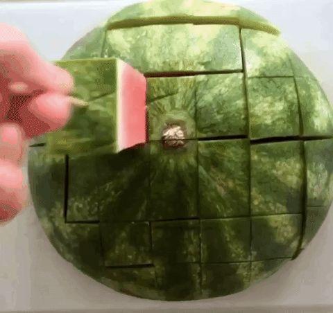 Нарежьте арбуз полосками и используйте палочки, чтобы было легче есть.