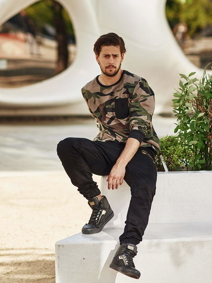 Fantastic sport and military styling from Bolf. Incredibly comfortable and perfectly fitting into current trends. We chose to equip the outfit with an expressive sweatshirt with a camo pocket, great joggers and magical sneakers.