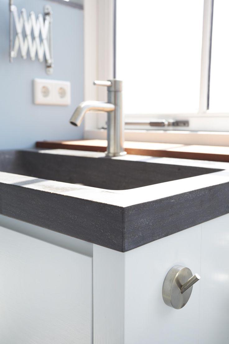 Strak en compact badkamermeubel met opbergruimte | Houtwerk Hattem | Nederland