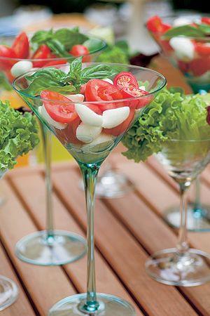 Nos dias quentes, nada melhor do que uma boa salada.  A caprese mistura tomates com mozarela de búfala e um mix  de folhas verdes. Para servir de um jeito moderno, use taças  de dry martíni. Taças RS CASA