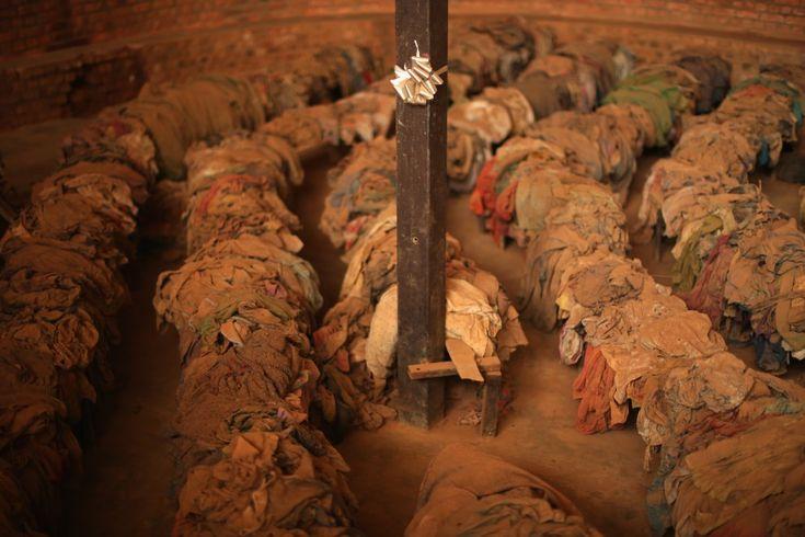 RWANDA, Nyamata, 4 kwietnia 2014: Ubrania blisko 10 tys. ofiar zamordowanych Tutsi, którzy w 1994 roku schronili na terenie misji katolickiej.Ludobójstwo w Rwandzie
