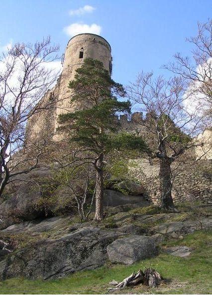 Hrad Chojnik se objevuje v písemných pramenech už ve 14. století, kdy ho založil svídnicko-javorský kníže Bolek II. Nachází se na polské straně Krkonoš
